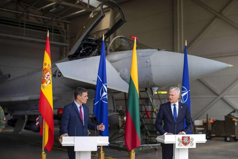 立陶宛總統諾賽達(右)和來訪的西班牙總理桑切斯舉行記者會,卻有俄羅斯戰機侵入。(資料照,美聯社)