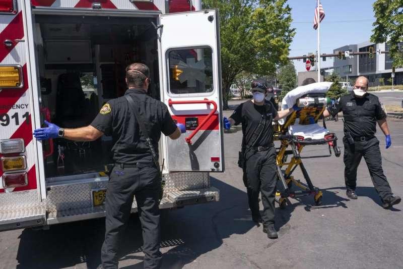 奧勒岡州內,救護人員正在救援不敵炎熱高溫的民眾。(取自AP)