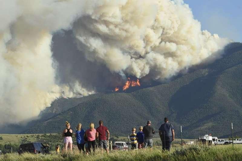 民眾目睹因熱浪高溫而釀成的大火不斷延燒(取自AP)