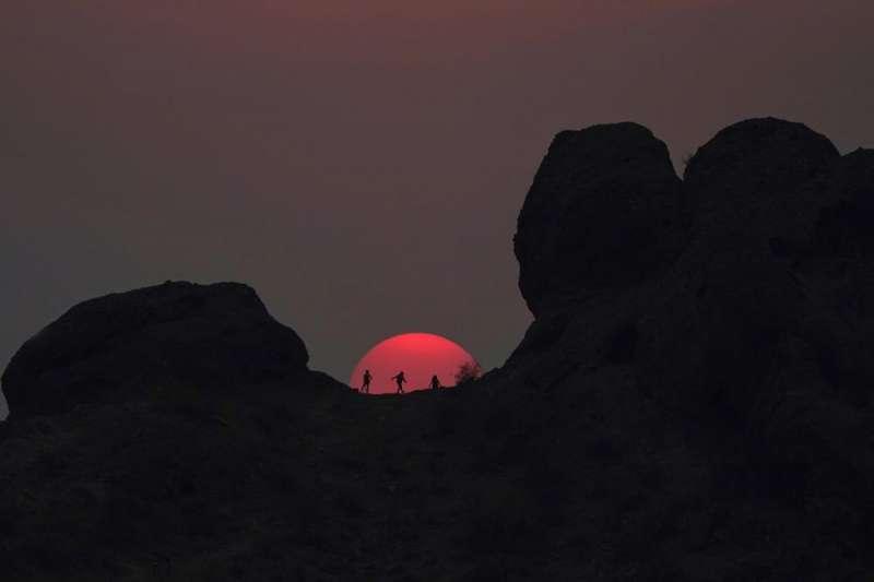 登山客捕捉到高溫下火紅的日落(取自AP)
