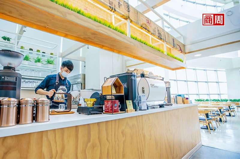 「好喝、好拍,」成真咖啡總監莊宏彰說,這是王國雄當初向他「點菜」的條件,「我又加一個在地性。」他們重視產品力,不定期推季節性產品吸引顧客目光(攝影者.郭涵羚, 圖片/商業周刊)