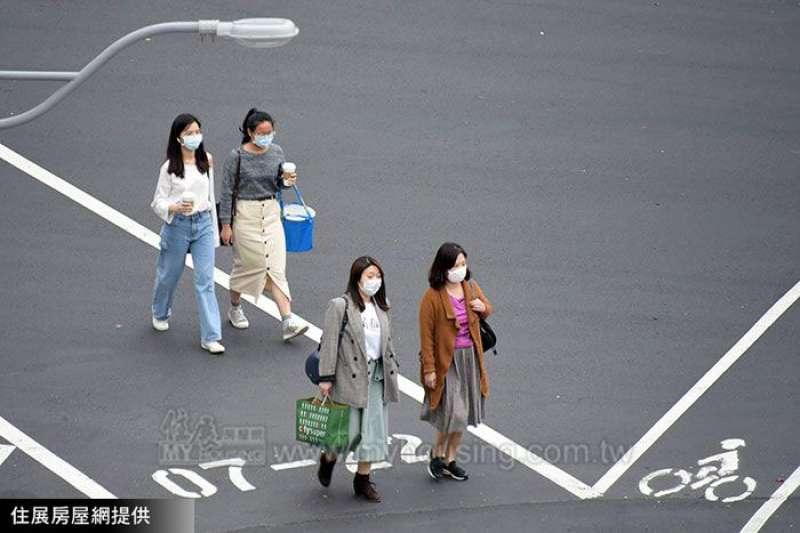 目前台灣的疫苗施打,大多採用源自日本的「宇美町」模式,這種接種方式是在場地內維持一定距離設置固定座位,以接種者不動、醫事人員移動的方式施打疫苗。 (圖/住展房屋網)