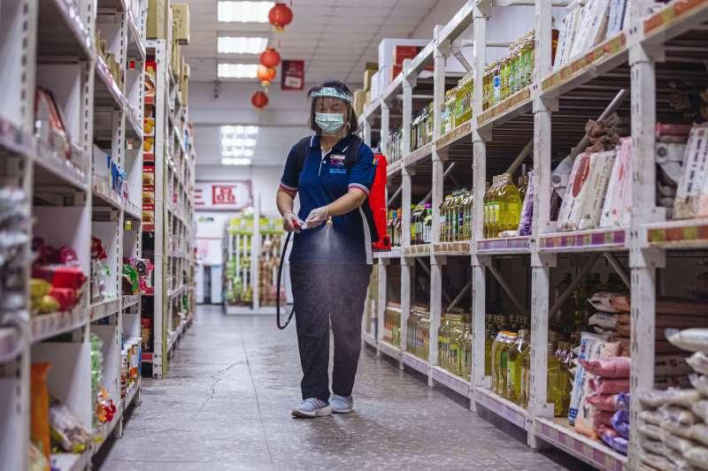 民進黨立委湯蕙禎代表民間團體捐贈國防部福利處背負式噴霧機。(軍聞社提供)