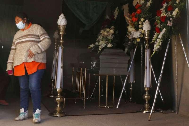 秘魯廣播電台記者維爾嘉(Javier Vilca)感染新冠肺炎,跳樓自殺,妻子諾艾米(Nohemi)哀慟不已(AP)