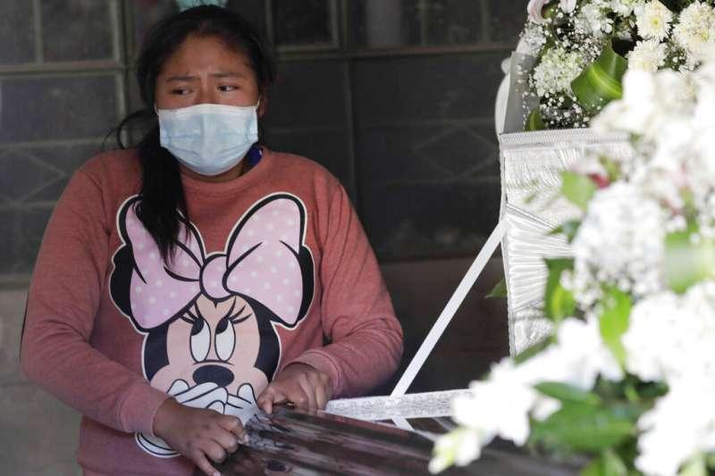 秘魯廣播電台記者維爾嘉(Javier Vilca)感染新冠肺炎,跳樓自殺,留下12歲的女兒露琪安娜(Luciana)(AP)