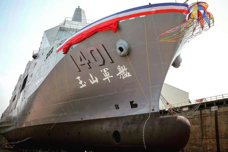 20210709-海軍兩棲登陸運輸艦用於汰換現役老舊的登陸運輸艦,對我軍遂行兩棲登陸起到戰力提升作用。而首艘兩棲登陸運輸艦「玉山艦」已於今年4月下水,預計明年就能交船。(取自軍聞社)