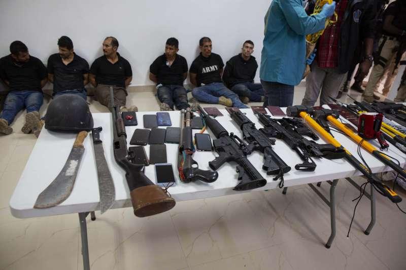 2021年7月8日,海地逮捕涉嫌暗殺總統的17名嫌犯,圖為警方搜出的犯案器具(AP)