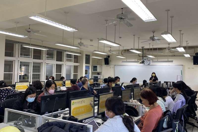 20210711-線上平台學習吧團隊到校園裡推廣數位教學。雲端教改進形式專題配圖。(學習吧提供)