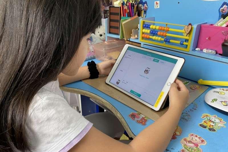 20210711-學生透過數位平台進行遠距學習。雲端教改進形式專題配圖。(學習吧提供)
