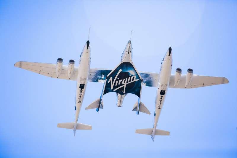 維珍銀河70歲的創辦人布蘭森7月11日搭乘「團結號」太空船升空。團結號與噴氣動力母艦VMS Eve。(AP)