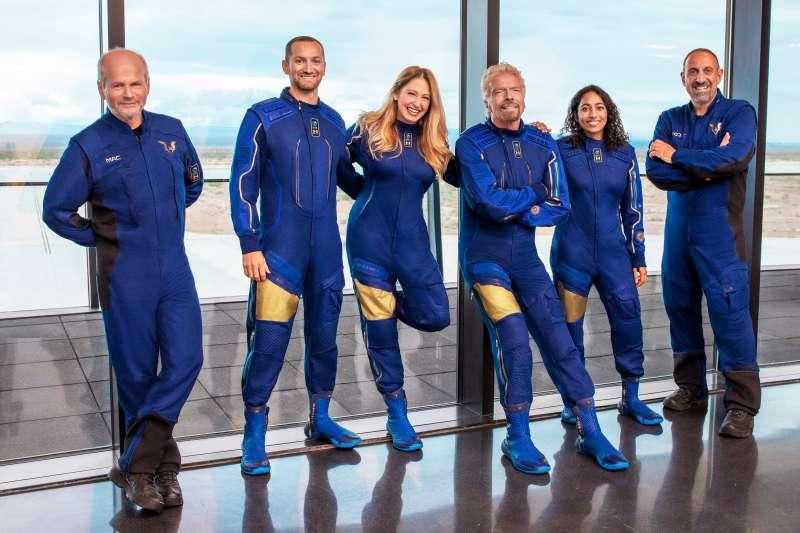 維珍銀河70歲的創辦人布蘭森(左四)與公司高管7月11日搭乘「團結號」太空船升空。(AP)