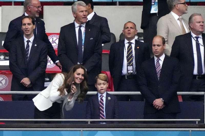 英國喬治王子跟著父母、劍橋公爵夫婦一起觀看歐國盃決賽。 (AP)