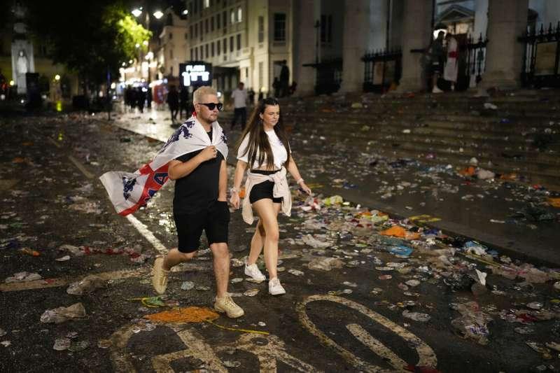 7月11日,歐國盃決賽這天,許多英格蘭球迷瘋狂應援。(AP)