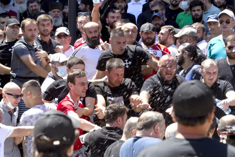 喬治亞極右派反同人士力阻同志遊行舉辦,5日更在首都第比里斯與挺同團體爆發衝突。(AP)