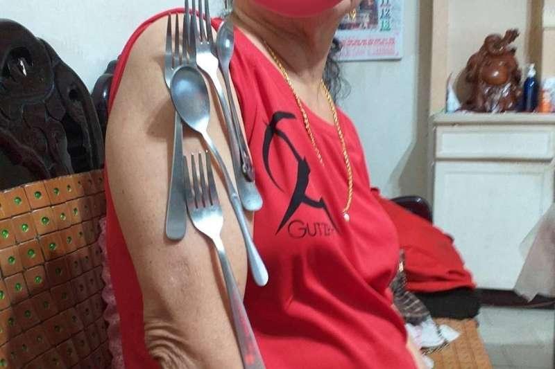 一名女網友貼出自家長輩的照片,稱長輩打完疫苗後就出現「莫德納手臂」,產生了磁力。(圖/取自「汐止集團」臉書社團)