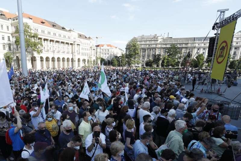 2021年6月5日,匈牙利民眾在布達佩斯街頭示威,抗議中國復旦大學分校興建案(美聯社)