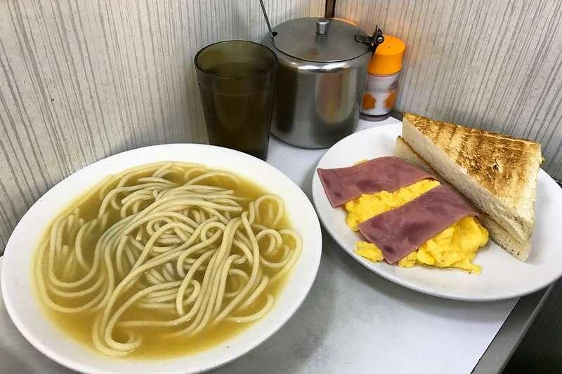 香港自古以來具備了中式餐點的傳統,又融合了英國引進的西餐文化,中西交流下便孕育出當地最特別的茶餐廳文化。(圖/取自flickr@Blowing Puffer Fish)