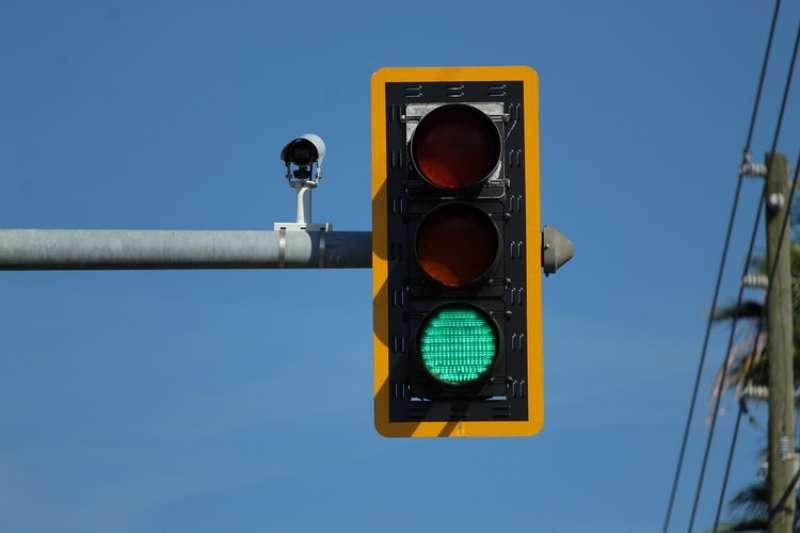 日本三重縣鈴鹿市路口一支鐵製的紅綠燈柱子,底部卻不尋常折斷。警方認為很可能是散步的狗固定小便使柱子腐蝕。(示意圖/取自Unsplash)