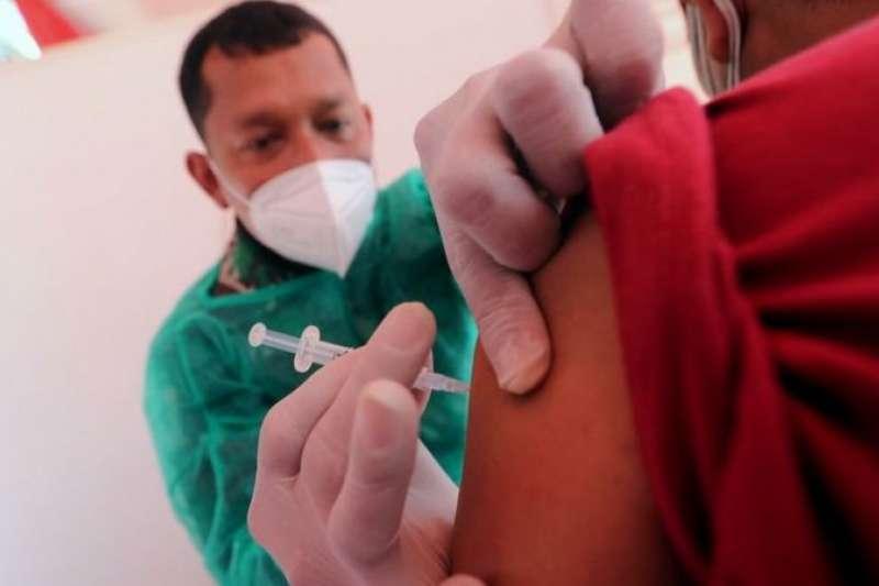 中國的兩種主要疫苗科興與國藥在低收入與中等收入國家使用廣泛。圖為2021年6月26日,一名印尼軍醫在雅加達進行的新冠疫苗接種推廣活動中為一名男士注射由Biofarma公司生產的科興疫苗。(BBC中文網)
