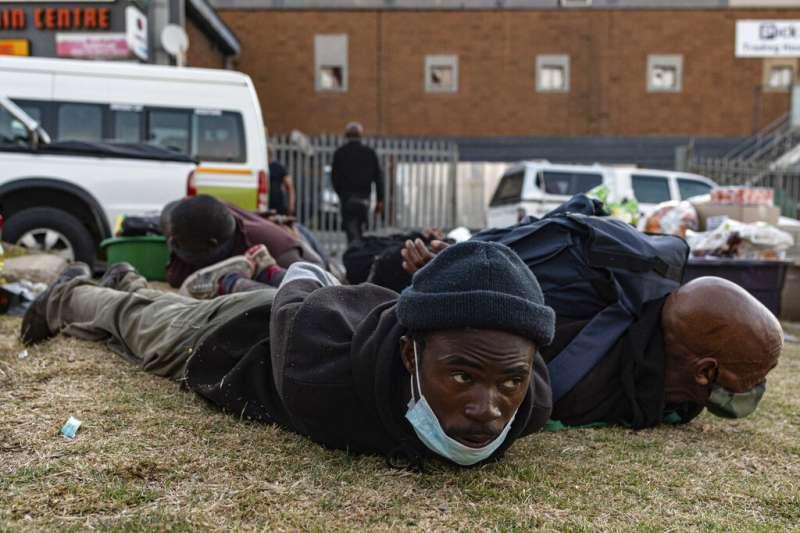南非前總統祖馬8日入獄之後,他的支持者發起暴動,在各地洗劫,使警察疲於奔命。(AP)