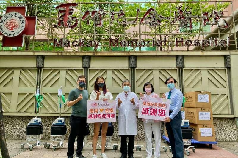 藝人賈永婕(左二)13日到馬偕醫院捐贈物資。(取自賈永婕的跑跳人生)