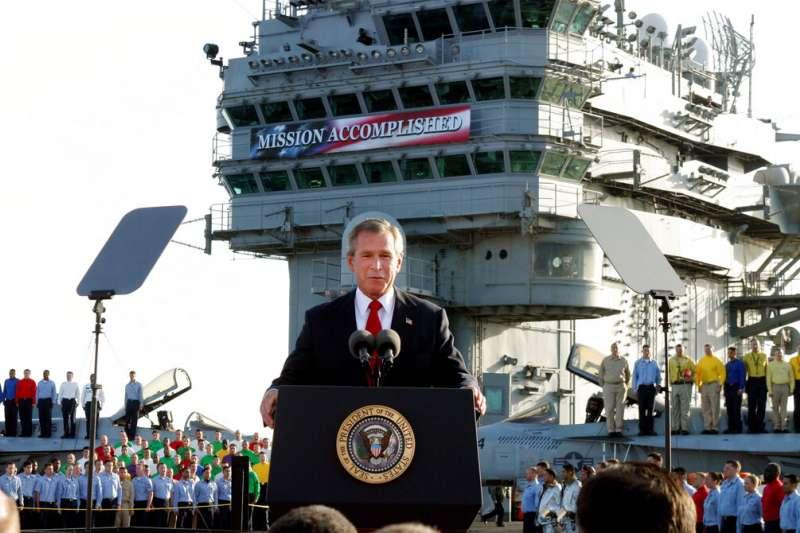 2003年5月1日,小布希總統在林肯號航空母艦上發表談話,宣布美軍在伊拉克的主要戰鬥任務已經結束。(美聯社)