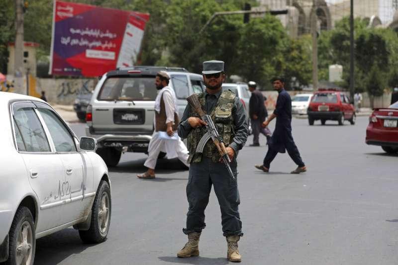 2021年7月4日,一名阿富汗警察在首都喀布爾持槍警戒。在美軍撤離阿富汗之後,即便是喀布爾都被認為「充滿危險」。(美聯社)