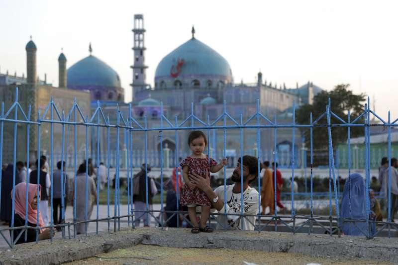 美軍撤離阿富汗的決定,讓這個中亞國家的未來再次陷入高度不確定之中。圖為喀布爾的藍色清真寺與一位阿富汗小女孩。(美聯社)