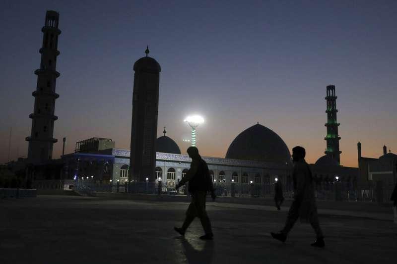 美軍撤離阿富汗的決定,讓這個中亞國家的未來再次陷入高度不確定之中。圖為喀布爾的藍色清真寺。(美聯社)