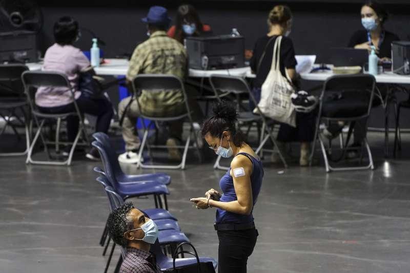7月7日,法國里昂, 民眾接種輝瑞疫苗後到觀察區等待(美聯社)