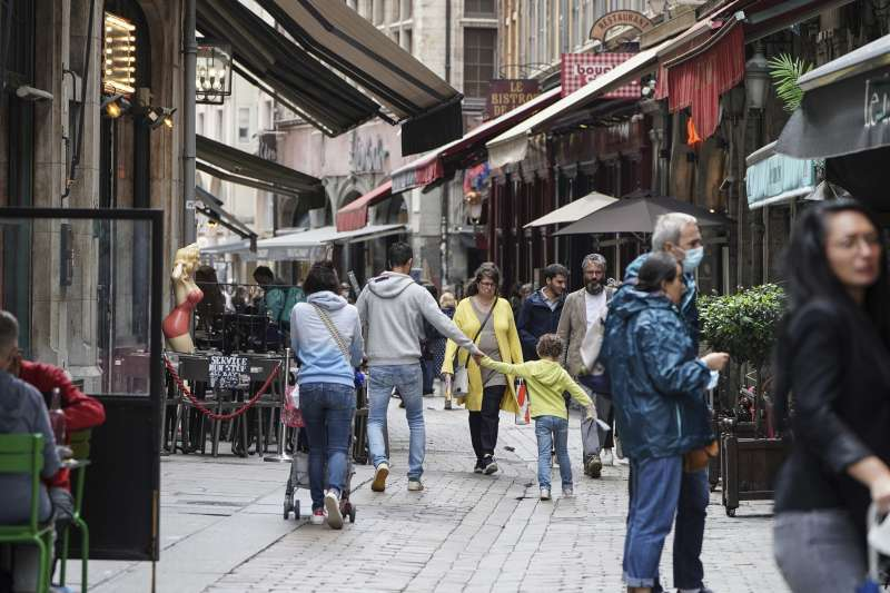 7月13日,法國里昂,人們在街上閒逛(美聯社)