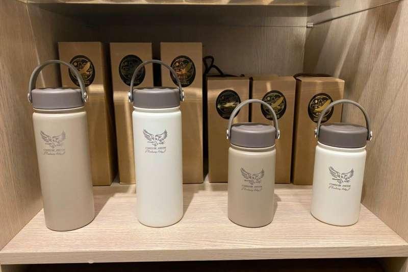 雨城基物品牌推出的黑鳶保溫杯。(圖/雨城基物粉絲專頁)