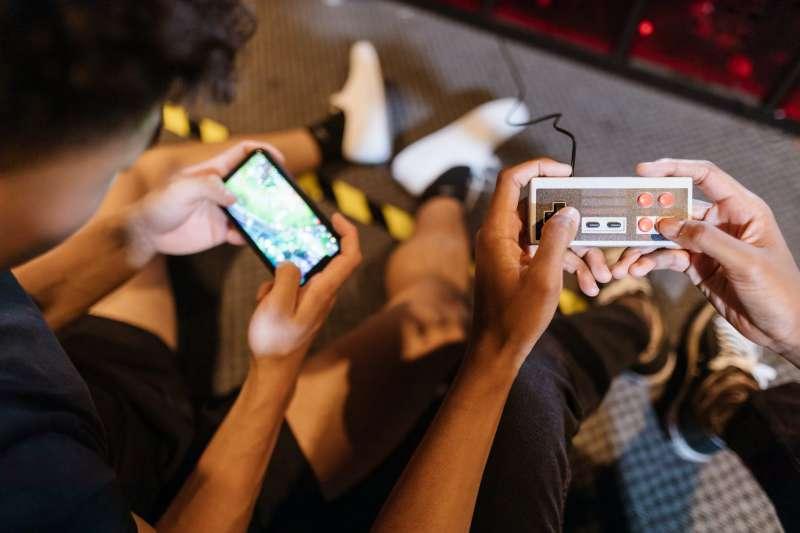 防疫期間待在家,除了追劇、滑手機之外,傳統、線上桌遊也成為熱門休閒活動之一。(圖/取自Unsplash)
