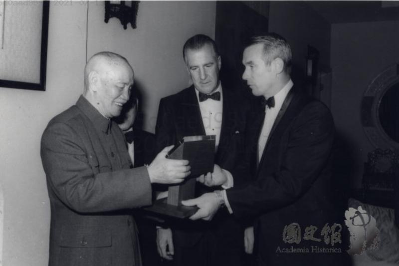 1970年1月2日,美國副總統安格紐造訪台北,由阿波羅10號太空人賽南將阿姆斯壯帶回來的月球表面岩石贈送給蔣中正。(取自國史館)