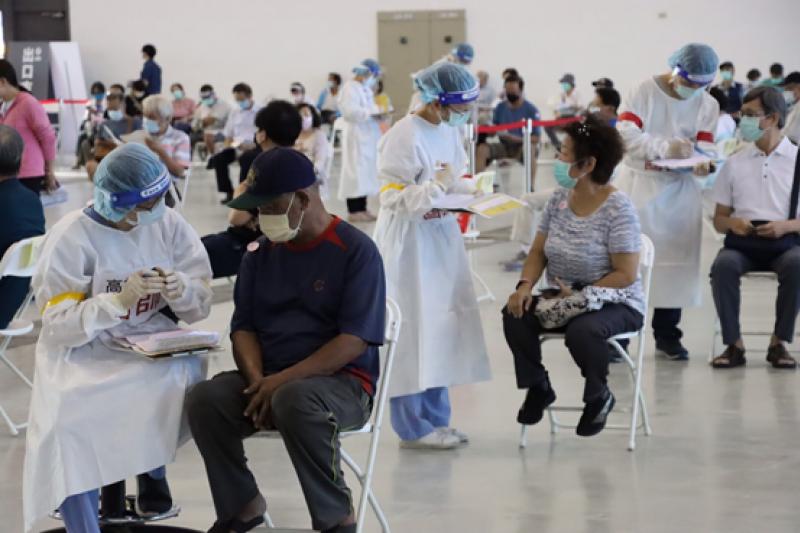 在歐美國家,有些民眾施打疫苗後死亡,因此台灣坊間有著「不打疫苗活更久」的聲音。(資料照,高雄市政府提供)