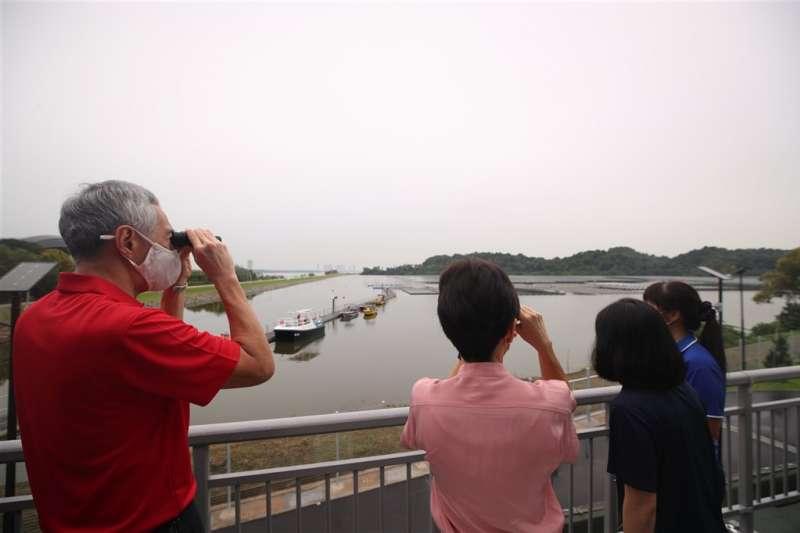 新加坡浮動太陽能電廠14日揭幕,總理李顯龍(左)也在現場。(圖取自twitter.com/leehsienloong)