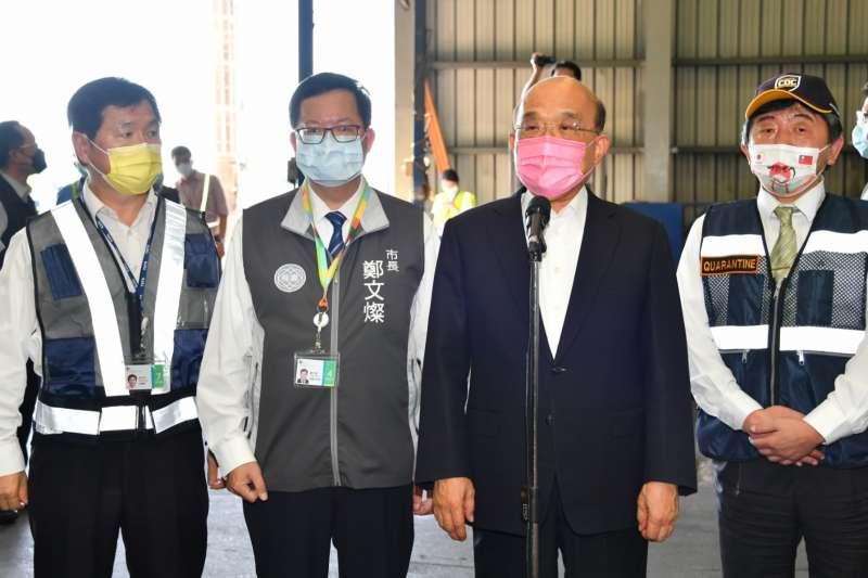 行政院長蘇貞昌(右二)15日下午新增行程前往桃園機場,視察疫苗到貨後倉儲作業與慰勉工作人員。(行政院提供)