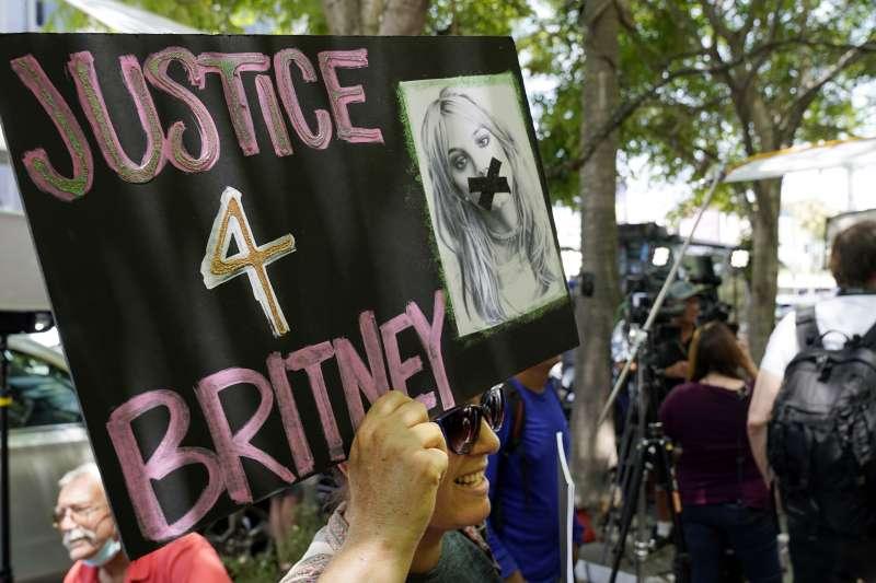 歌迷推動「釋放布蘭妮」(#FreeBritney)運動,要求還給她成年人的自主生活。(AP)