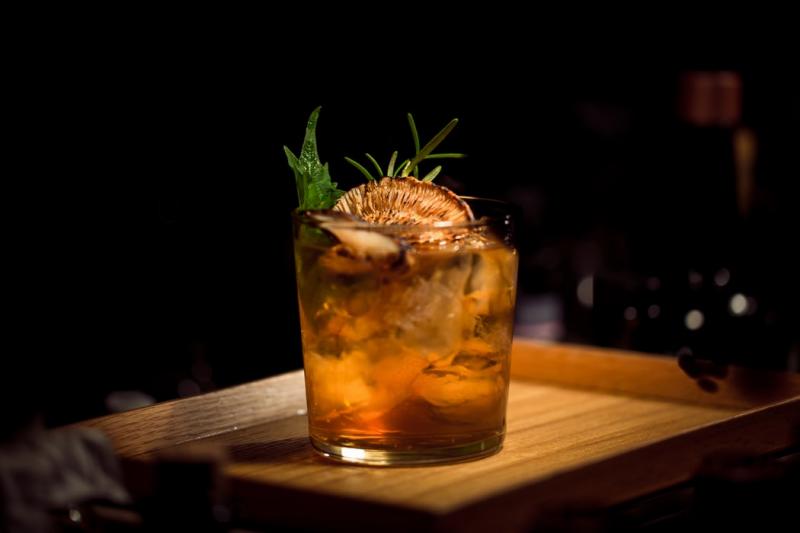 外帶服務讓雞尾酒也能在家中享用(圖 / Ash Edmonds@Unsplash)