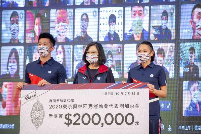 世界羽球球后戴資穎(右)19日在Instagram發文,爆出政府讓台灣東京奧運代表團選手搭經濟艙出賽爭議。總統蔡英文(中)在臉書發文為此道歉。(資料照,總統府提供)
