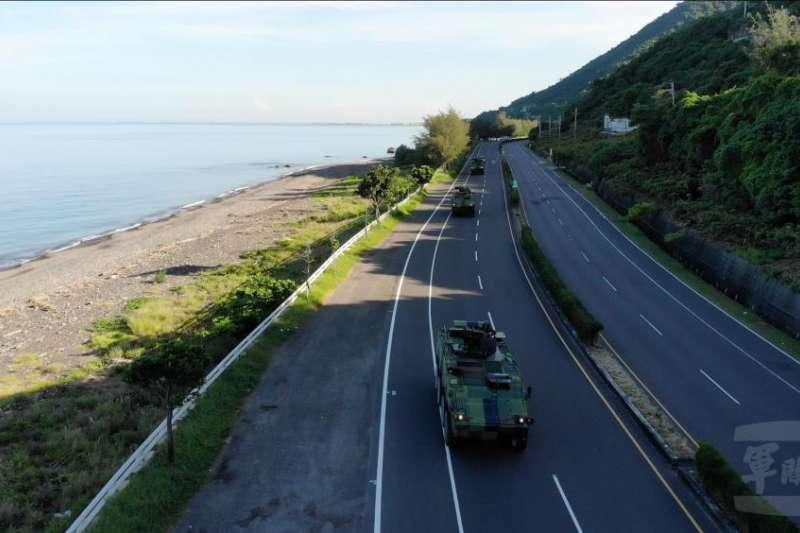 陸軍機步333旅聯兵二營雲豹八輪甲車,14日清晨自駐地自力機動駛往三軍聯訓基地。(取自軍聞社)