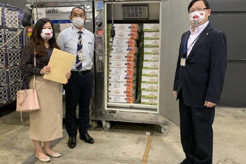 為感謝日本暖心捐贈疫苗,台南市回贈當地優質愛文芒果表達感謝。(圖/台南市政府提供)