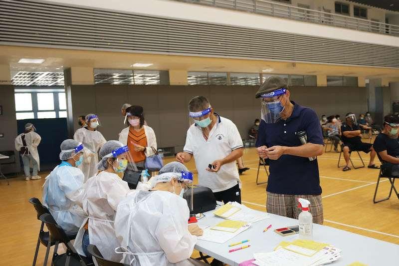 嘉義縣開設6波大型接種站,第7波施打準備中。(圖/嘉義縣政府衛生局提供)