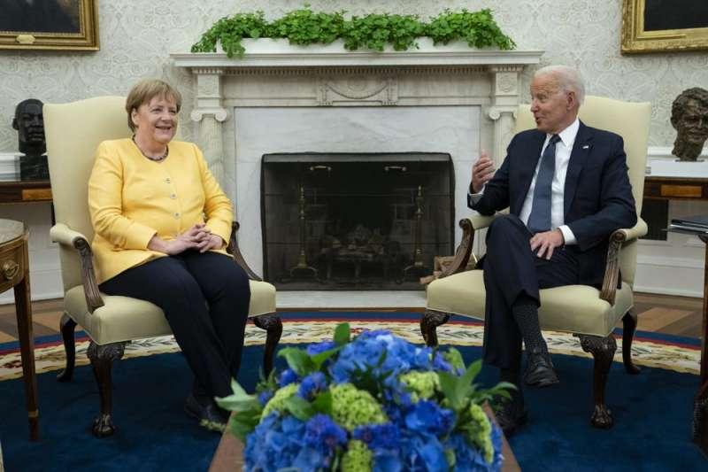 德國總理梅克爾(左)15日訪美與美國總統拜登(右)會面(AP)