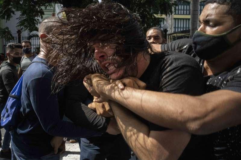 2021年7月11日,古巴爆發大規模示威,當局出動便衣警察抓人(AP)