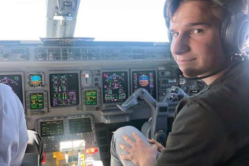 來自荷蘭的18歲少年戴蒙(Oliver Daemen)在飛機駕駛艙內。他即將成為有史以來最年輕飛往太空的人(AP)