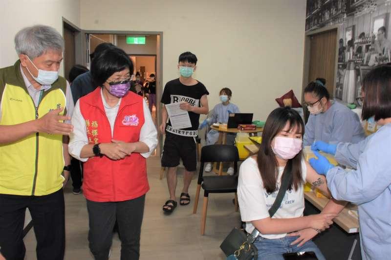 彰化縣長王惠美前往秀傳醫院關心疫苗接種分流情形。(圖/彰化縣政府提供)