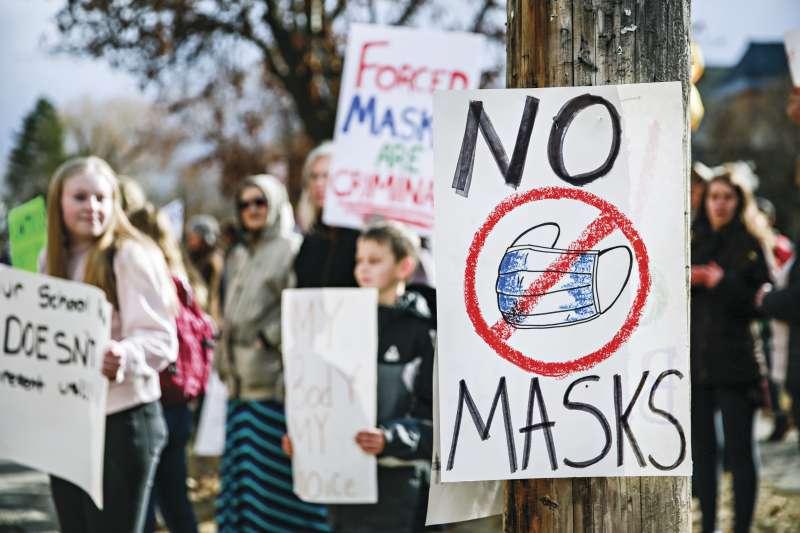 新冠肺炎疫情期間,許多美國人始終反對戴口罩(AP)