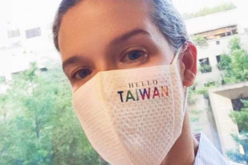 新任美國在台協會(AIT)處長孫曉雅(Sandra Oudkirk)透過AIT臉書,戴上「HELLO TAIWAN」字樣的口罩發文向台灣問好。(取自美國在台協會AIT臉書)