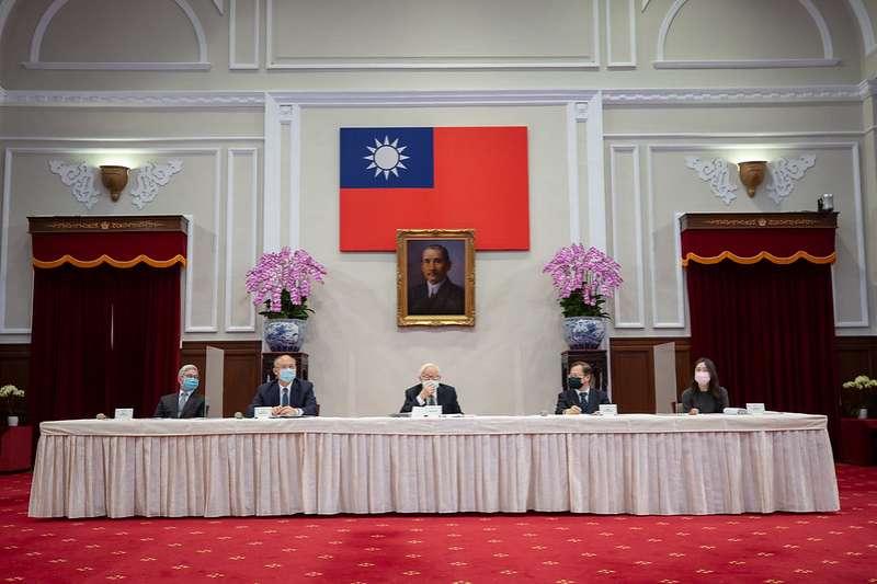 總統府16日晚間舉行「APEC非正式領袖閉門會議」會後記者會,台積電創辦人張忠謀發表談話。(取自總統府網站)